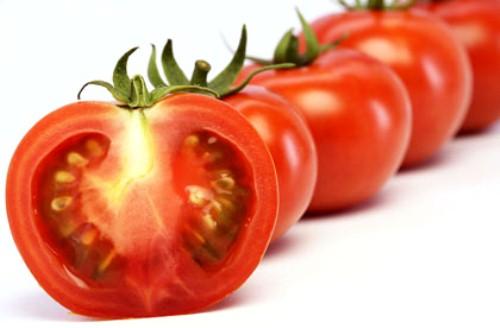 Cà chua cũng trị mụn cám rất hay, lại còn dưỡng da trắng hồng