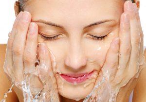 vệ sinh da mặt phòng chống mụn đầu đen