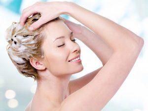 Gội đầu đúng cách giúp ngăn ngừa mụn mọc trên da đầu