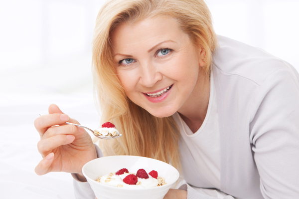 Người bị mụn ăn sữa chua giúp giảm nổi mụn