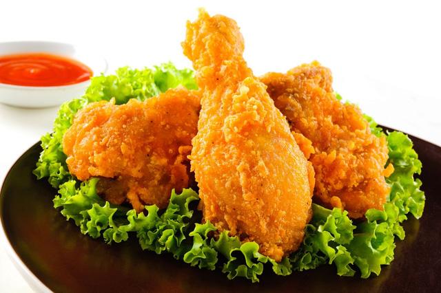 Chế độ ăn uống không hợp lý chính là nguyên nhân khiến mụn đầu đen không tự hết