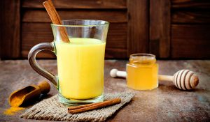 uống tinh bột nghệ pha nước ấm trị mụn
