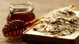 kết hợp mật ong và bột yến mạch trị mụn trứng cá