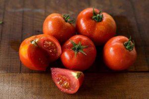Bài thuốc dân gian trị mụn từ cà chua