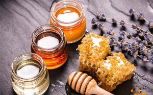Bài thuốc dân gian trị mụn từ mật ong